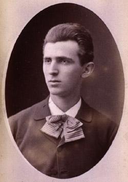 Тяжелое материальное положение семьи заставило Николу Теслу...  Никола Тесла ему 23 года.